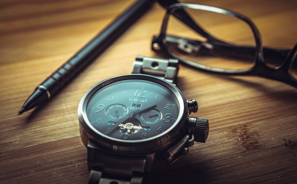腕時計とペンとメガネ