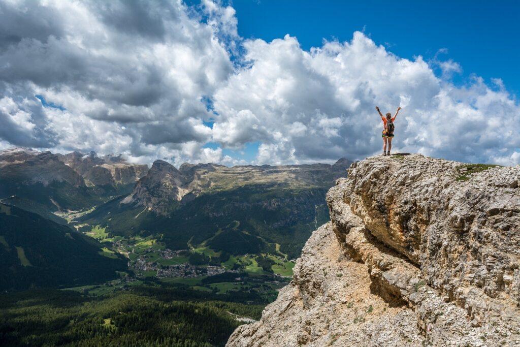 山頂で感動している人