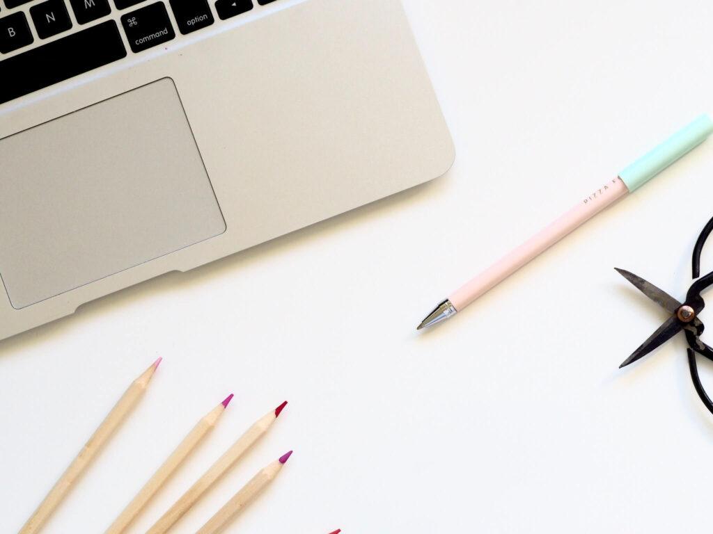 デスク上のパソコンと色鉛筆